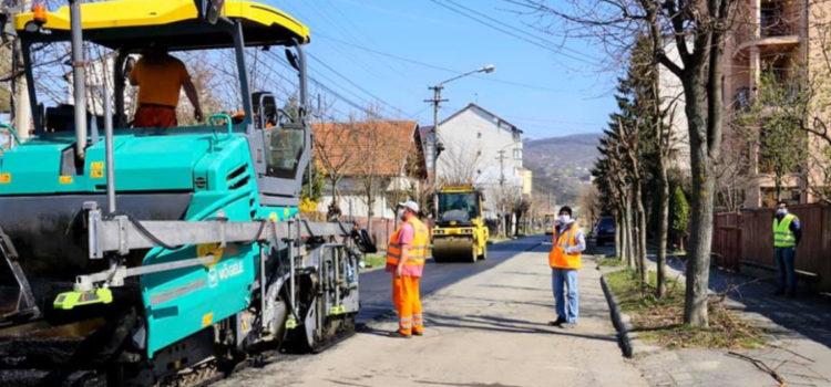 Asfaltări pe străzile din Bistrița. Unde se lucrează?