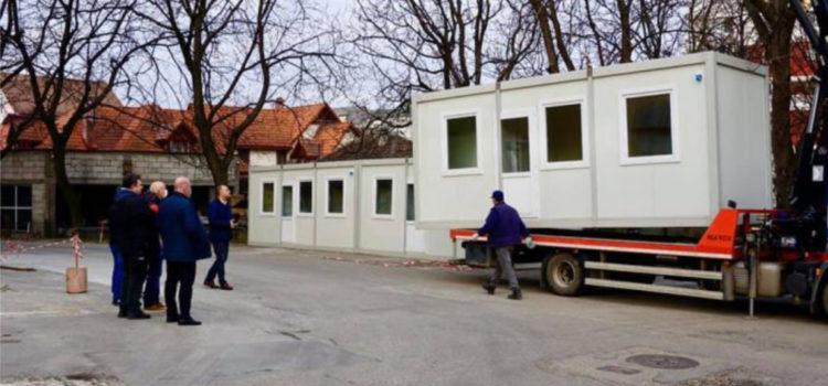 """Containerele primăriei, amplasate în curtea spitalului. Cristian Niculae: """"Susținem eforturile Spitalului Județean de Urgență"""""""