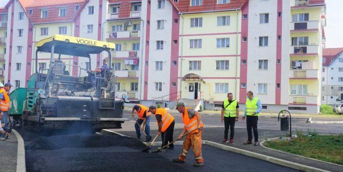 """Cristian Niculae: """"Vom moderniza toate străzile de pământ în 5 ani"""". Azi, ultimul strat de asfalt în zona Subcetate"""